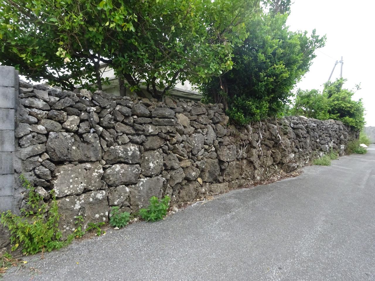 ブロック塀が大半を占めるなかで、古い石垣も残る。